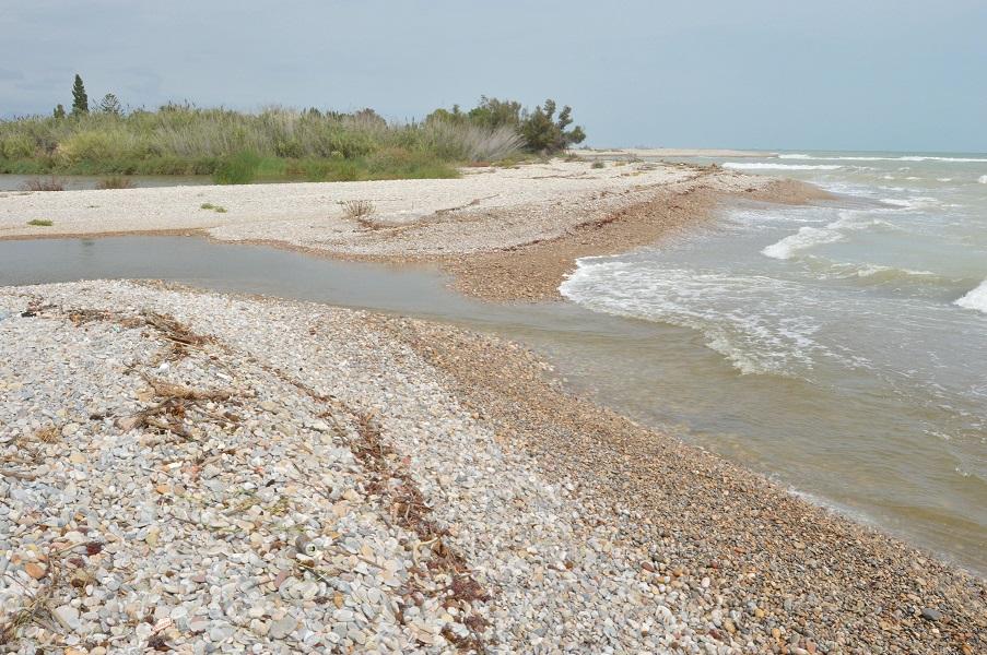 La gola sud de la desembocadura del Millars s'obri a la mar després de més d'1 any tancada