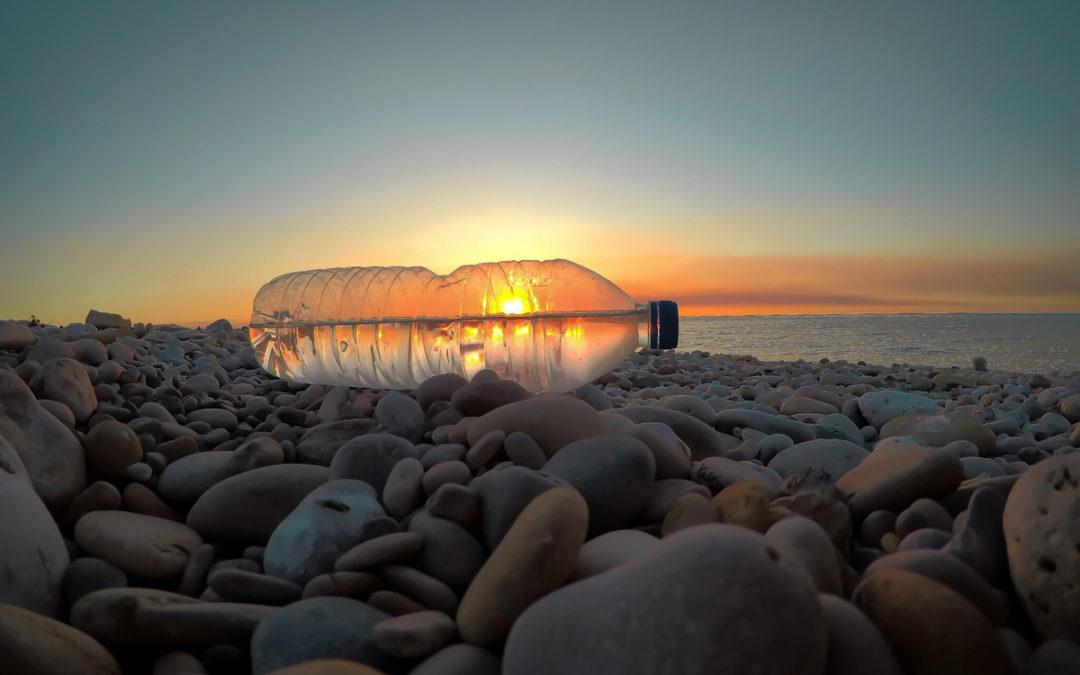 IV Concurs fotogràfic. Pedres i botelles de plàstic, el clarejar de tots els dies a les Goles. Foto Aurora Martín